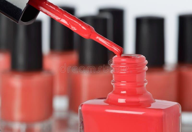 Närbilden av en flaska av red spikar polermedel royaltyfri fotografi