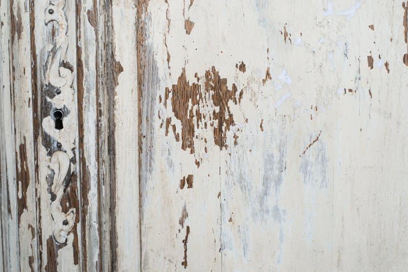 Närbilden av för byråbyrån för nyckelhålet forntida vitt möblemang med målarfärg skalade av royaltyfria foton
