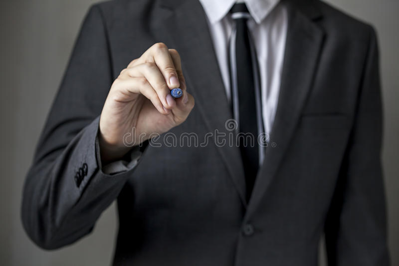 Närbilden av framdelen vände mot affärsmannen skriver på brädet arkivbild