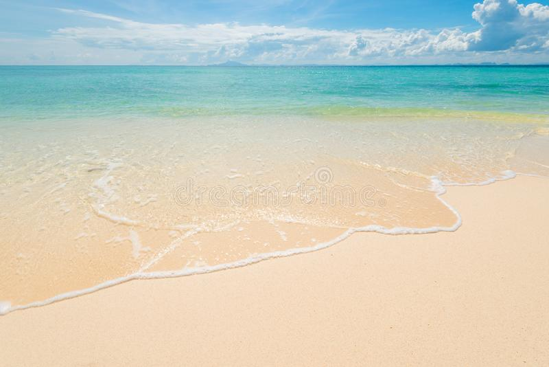 närbilden av havet vinkar på den sandiga kusten av den borttappade öknen arkivfoton
