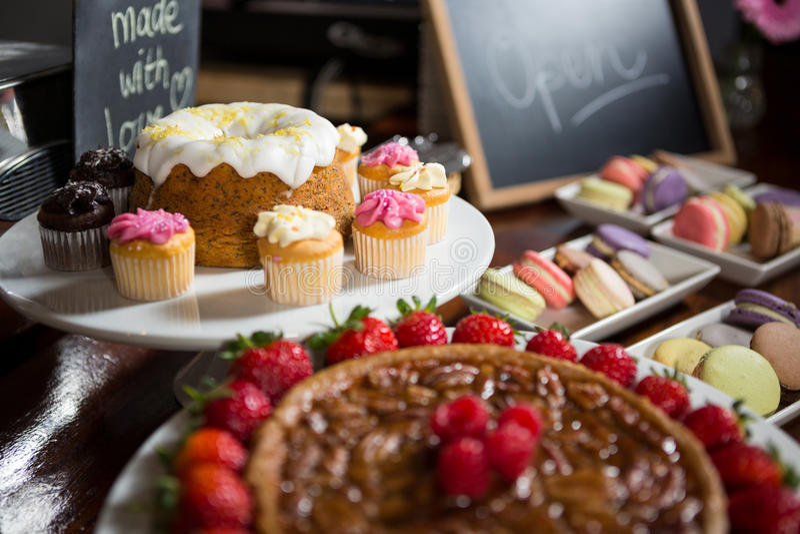 Närbilden av jordgubbepajen och kakan på skärm kontrar arkivfoton