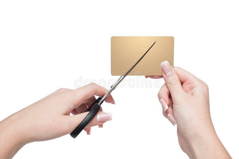 Närbilden av kvinnan räcker den bitande guld- kreditkorten royaltyfria foton
