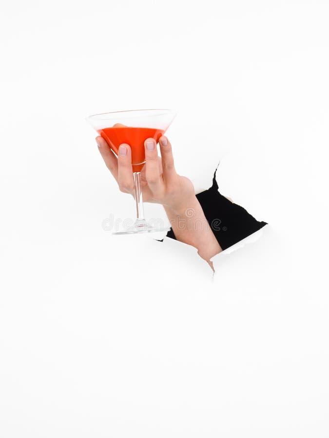 Kvinnligt räcka hållande martini exponeringsglas royaltyfri fotografi