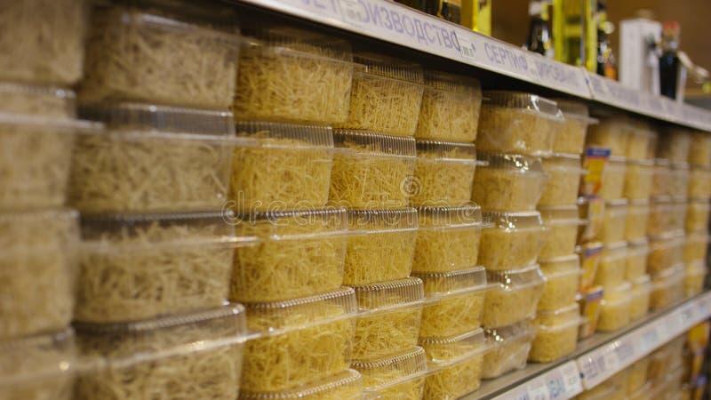 Närbilden av nudlar i shoppar plats Äggnudlar i askar på räknaren deli arkivfoto