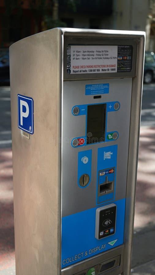 Närbilden av parkeringslön och skärmbiljetten bearbetar med maskin att betala vid kortet eller kassa på den Albion gatan, egenska arkivbilder