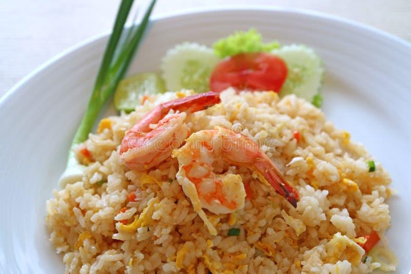 Närbilden av stekte ris för thailändsk stil med räka eller det Khao blocket Goong tjänade som på den keramiska vita plattan arkivbilder