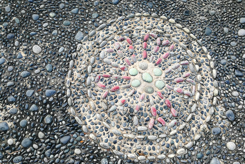 Närbilden på tryck pekar kiselstenstenar på fotreflexologyPA royaltyfri fotografi