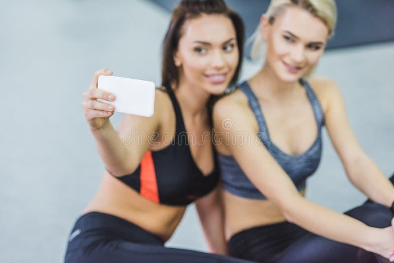 närbilden sköt av unga sportive kvinnor som tar selfie arkivbild