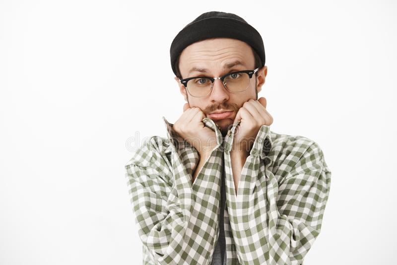 Närbilden som skjutas av enfaldig gullig stilig pojkvän i svarta beanieexponeringsglas och gröna kontrollerade skjortan som lutar arkivbilder
