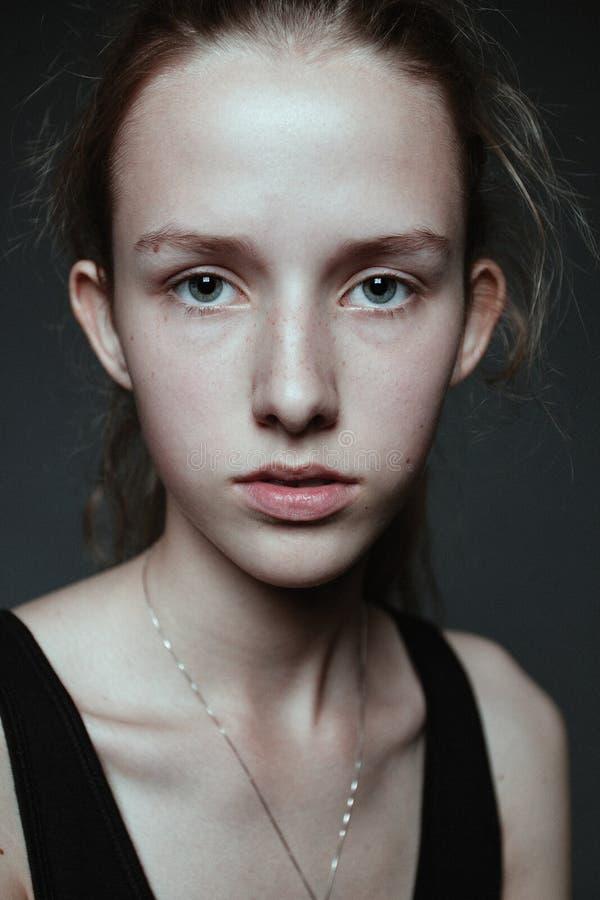 Närbilden vänder mot den osminkade ståenden av den unga kvinnan Naturligt I royaltyfri fotografi