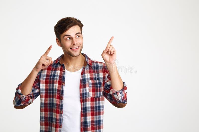 Närbildfoto av den lyckliga attraktiva unga mannen i rutig skjorta arkivfoto