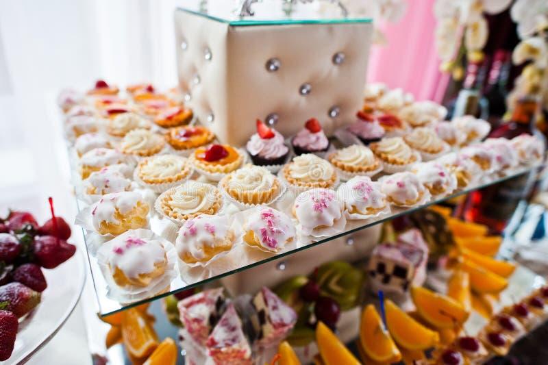 Närbildfoto av enorm variation av färgrika muffin på weddien royaltyfri bild