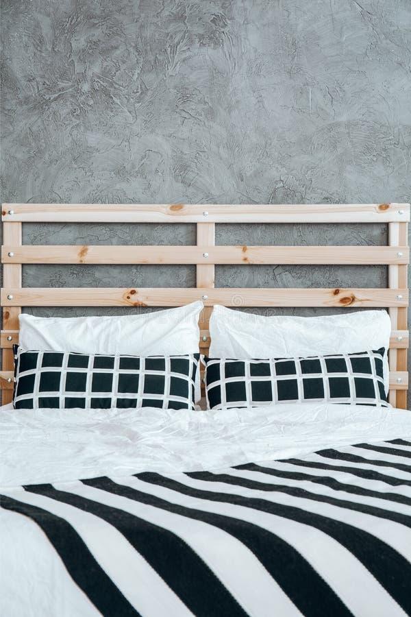Närbildfoto av säng royaltyfri foto