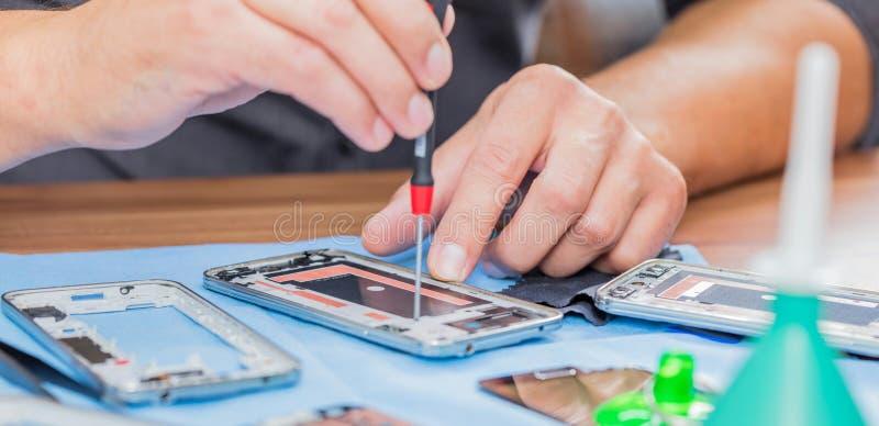 Närbildfoto som visar process av mobiltelefonreparationen arkivfoton