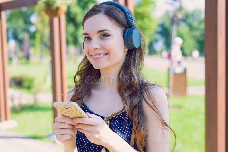 Närbildfotostående av den attraktiva upphetsade gladlynta optimistiska trevliga studentmodellen som rymmer genom att använda tele royaltyfri foto