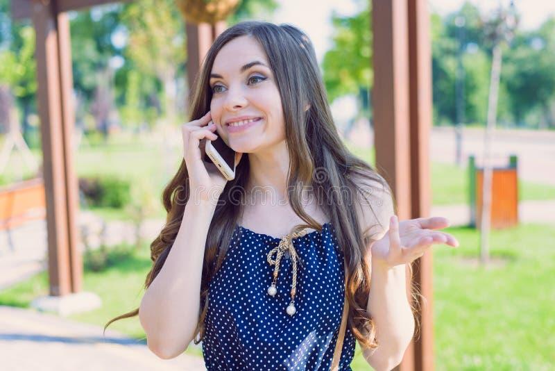 Närbildfotostående av den nätta älskvärda attraktiva tonåriga damen som kallar till flickvännen som berättar rolig skraj skoja ny royaltyfria foton