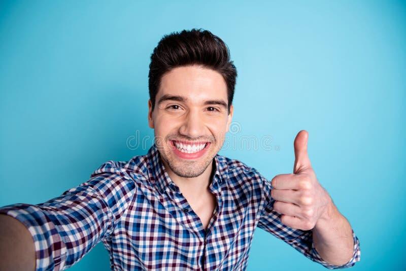Närbildfotostående av gladlynt stiligt glat oförsiktigt optimistiskt trevligt med den toothy turisten för stråla leende som har g royaltyfria foton