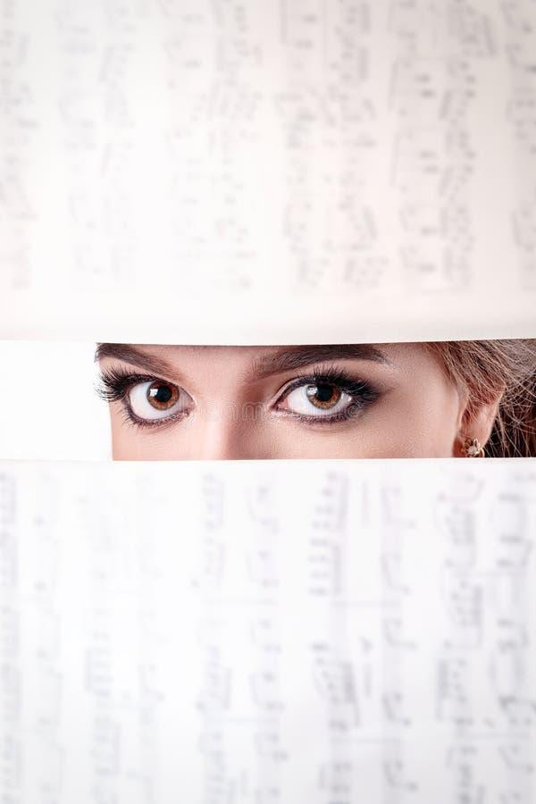 Närbildframsida av nätt flicka med härliga stora blåa ögon, stort e arkivfoto