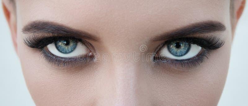 Närbildframsida av nätt flicka med härliga stora blåa ögon, stort e arkivbild