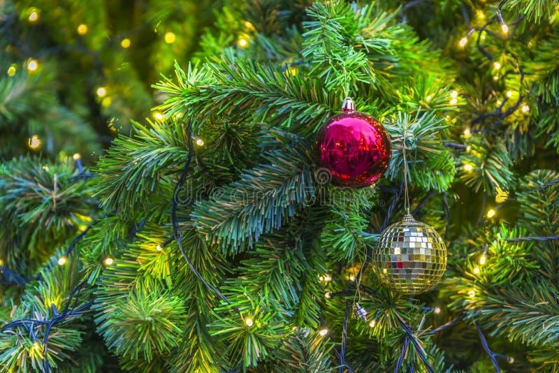 Närbildgarneringar av julträdet arkivbild