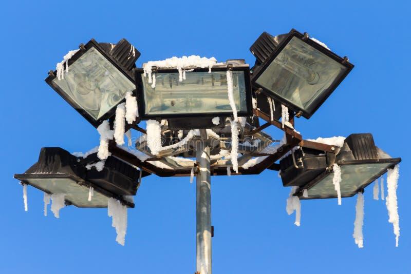 Närbildgatalampa på en vinterdag utomhus royaltyfri fotografi