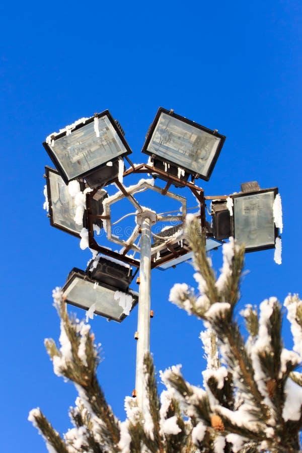 Närbildgatalampa på en vinterdag utomhus arkivfoton