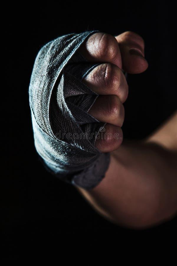 Närbildhanden av den muskulösa mannen med förbinder arkivfoton
