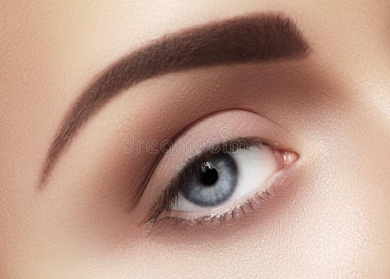 Närbildmakro av det härliga kvinnliga ögat Ren hud, modenaturelsmink arkivfoton
