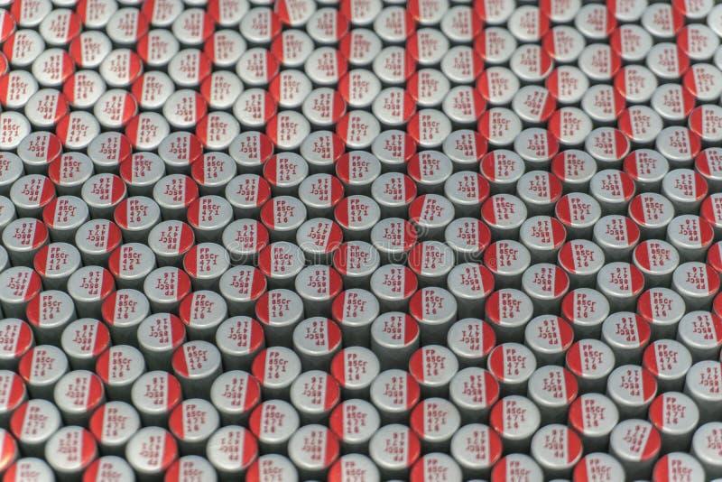 Närbildmakro av nära arrangera i rak linje delar för elektronik för maskinvara för kommunikationer för elektrolytiska kondensator royaltyfri bild