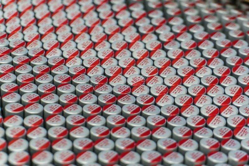 Närbildmakro av nära arrangera i rak linje delar för elektronik för maskinvara för kommunikationer för elektrolytiska kondensator fotografering för bildbyråer