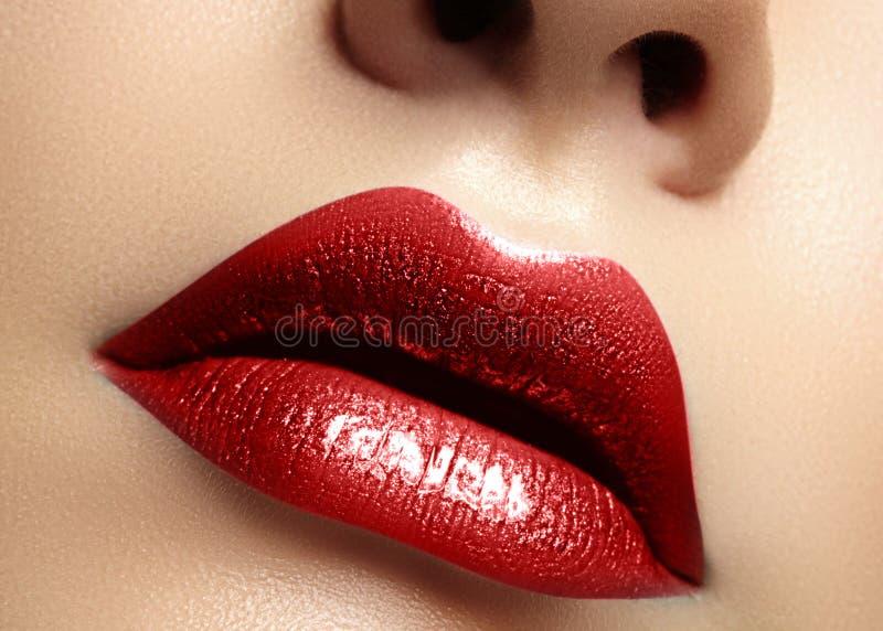 Närbildmakroskott av den kvinnliga munnen Röd kantmakeup för sexig glamour med sensualitetgest Metallisk glansläppstift arkivbild