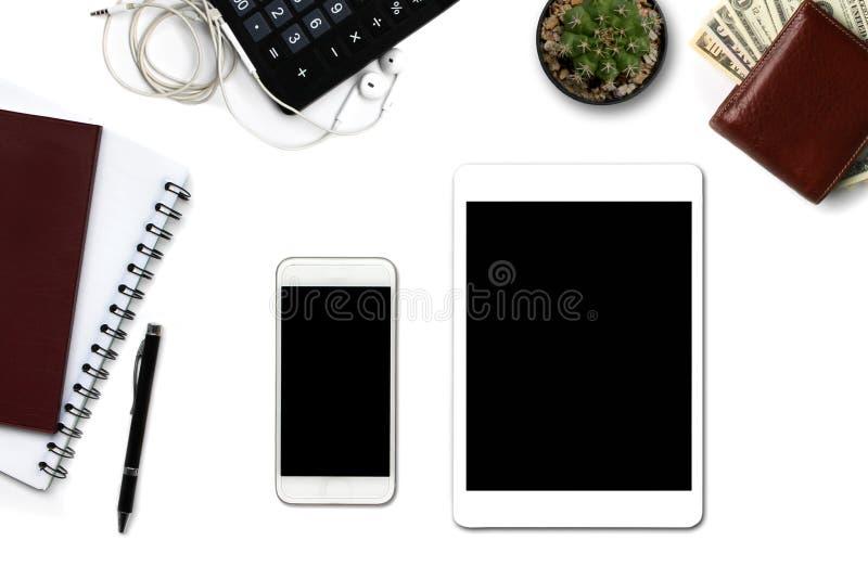 Närbildminnestavlor och smartphones och kontorsutrustning separat på en vit bakgrund arkivbilder