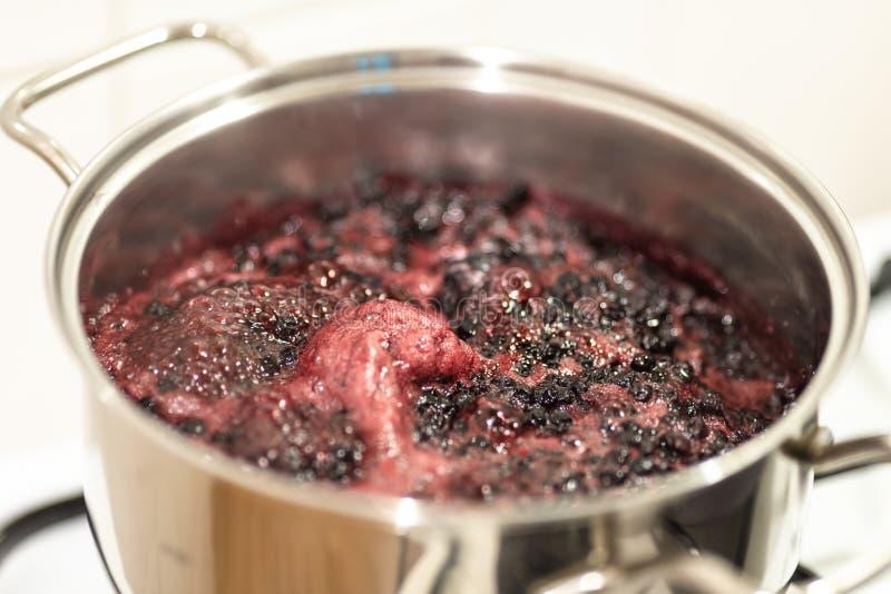 Närbildsikt av att koka blåbär Laga mat blåbärdriftstopp royaltyfri bild
