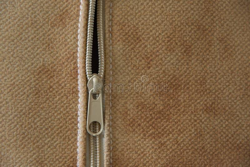 Närbildsikt av blixtlåset av en dekorativ kudde, begrepp - textilbransch för inredningar royaltyfri fotografi