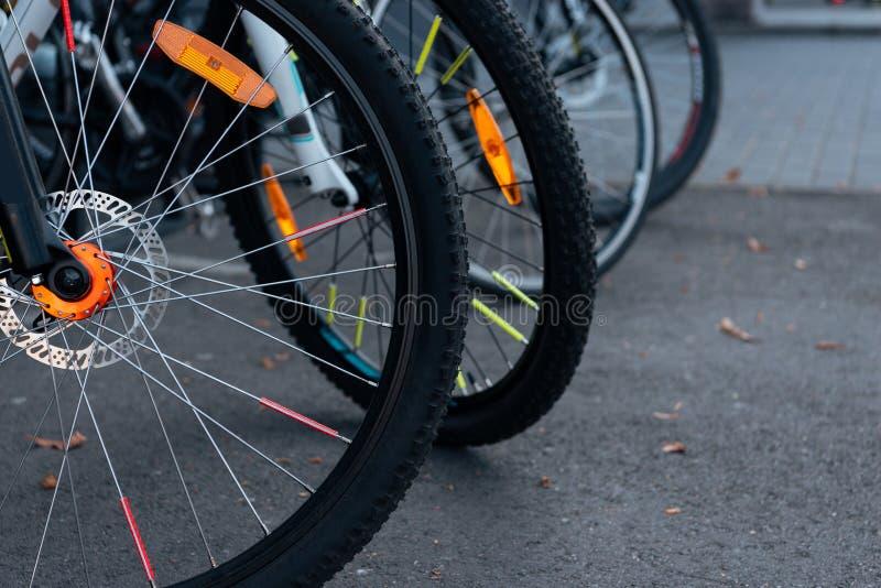 närbildsikt av cykelhjul med däck arkivbilder