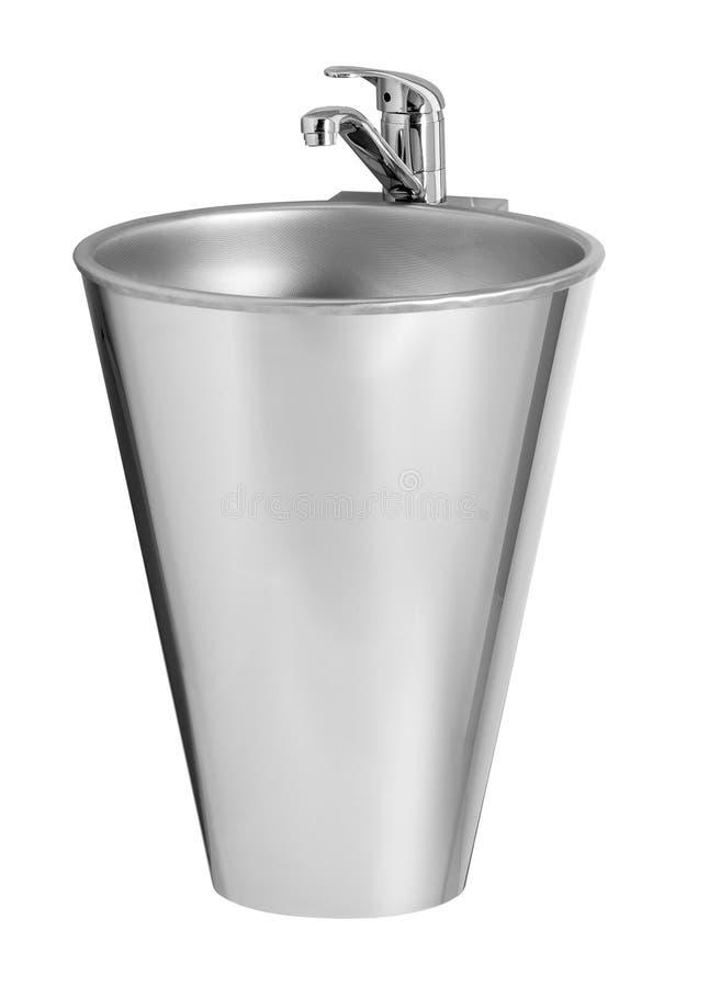 Närbildsikt av den tomma vaskkitchenwaren med vattenkranen som isoleras på vitt med urklippbanan arkivfoto