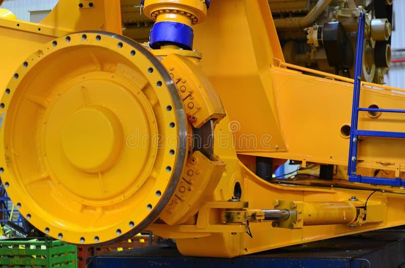 Närbildsikt av detaljen av en stor bryta lastbil i produktionseminariet av växten Enorm bromsdiskett Rulla Lastbilelectri arkivbilder