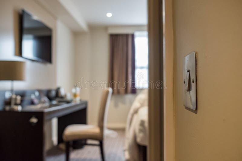 Närbildsikt av en modern ljus strömbrytare som ses i en lyxig lägenhet royaltyfri foto