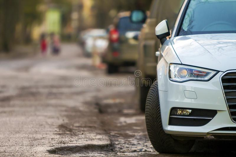 Närbildsikt av en ny modern bil som parkeras på sidan av stren royaltyfri bild