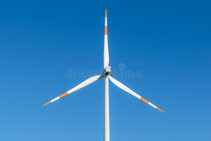 Närbildsikt av en vindkraftturbin, del av en vindlantgård i östlig Tyskland nära staden av Cottbus, Brandenburg arkivfoton