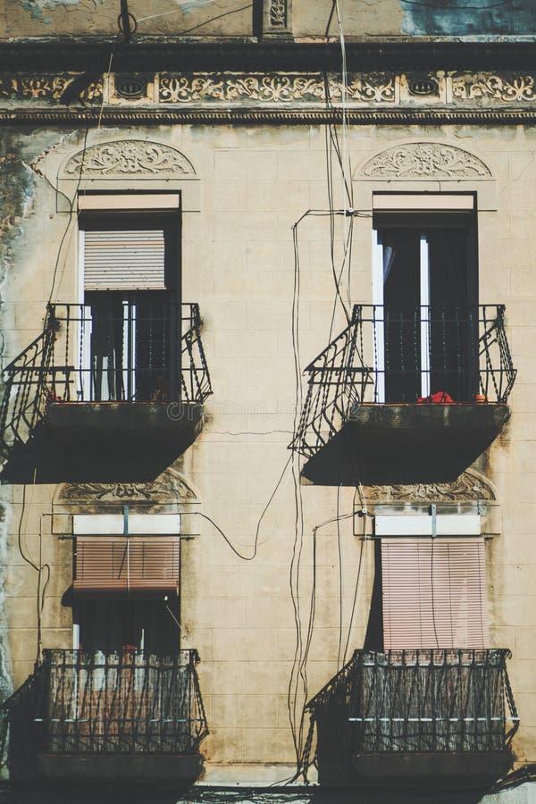 Närbildsikt av fasaden med balkonger och fyra fönster arkivbilder