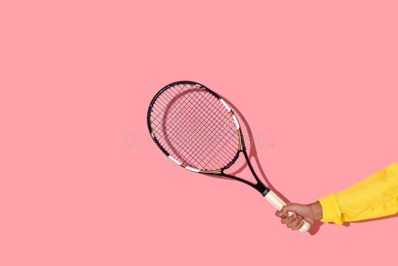 Närbildsikt av hållande tennisracket för manlig hand fotografering för bildbyråer