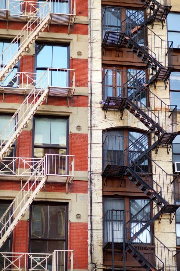 Närbildsikt av New York City hyreshusar med nöd- trappa i den lilla Italien grannskapen av Manhattan NYC arkivbilder