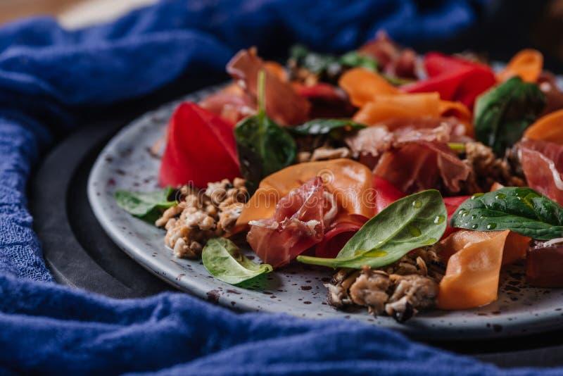 närbildsikt av ny gourmet- sallad med musslor, rotfrukter och jamon fotografering för bildbyråer