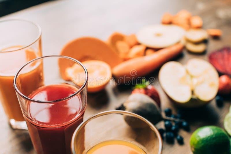 närbildsikt av nya organiska frukt- och grönsaksmoothies i exponeringsglas royaltyfria bilder