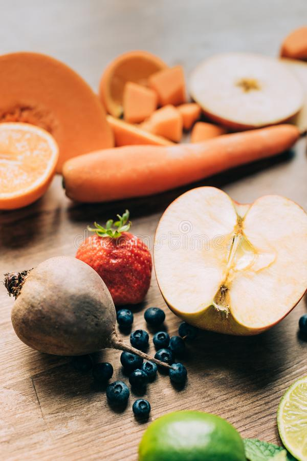 närbildsikt av olika nya frukter och grönsaker royaltyfria bilder