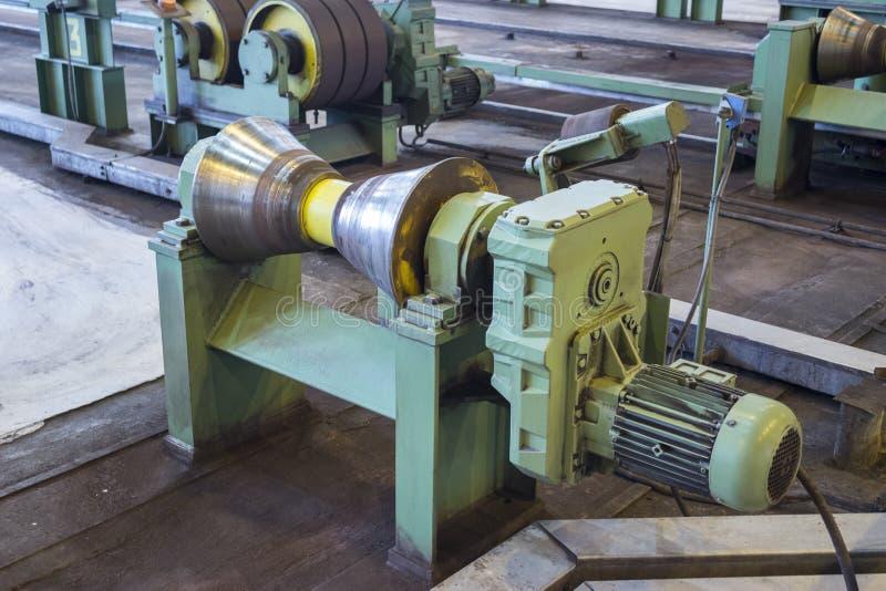Närbildsikt av rullande växtutrustning för rör, metallurgibransch royaltyfri bild