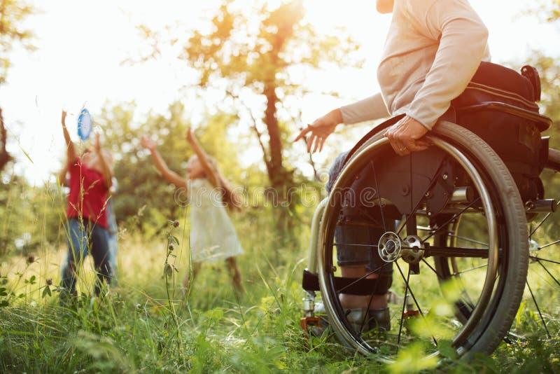 Närbildsikt på hjulen av en rullstol brigham royaltyfri fotografi
