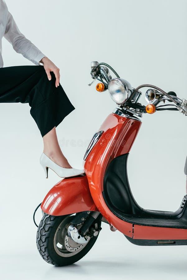 Närbildsikten av den bärande vita hälet för kvinnan skor att posera arkivfoto