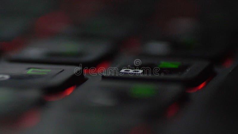 Närbildsikten fingrar det knackande lätt på tangentbordet av bärbara datorn och skrivameddelandet arkivfoto